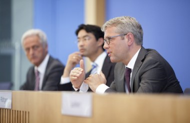 Rottgen and others at press conference (Image: BMU/Thomas Trutschel)